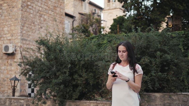 Yong Woman Taking Pictures By Smartphone Donna alla moda del viaggiatore di estate con il telefono all'aperto in città europea, C immagine stock libera da diritti