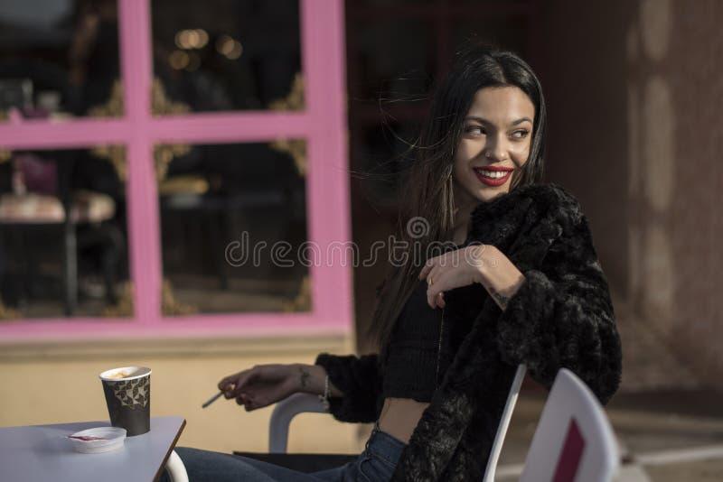 Yopungvrouw het drinken koffie in barterras royalty-vrije stock afbeeldingen