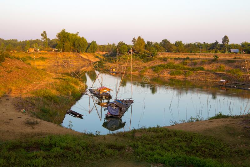 Yor在北部东部泰国的渔夫村庄在湖附近的 Yor是老猪圈钓鱼在亚洲 免版税库存图片
