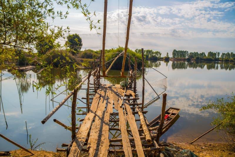 Yor в деревне рыболова северного восточного Таиланда около озера Yor старая рыбная ловля хлева в Азии стоковое изображение rf