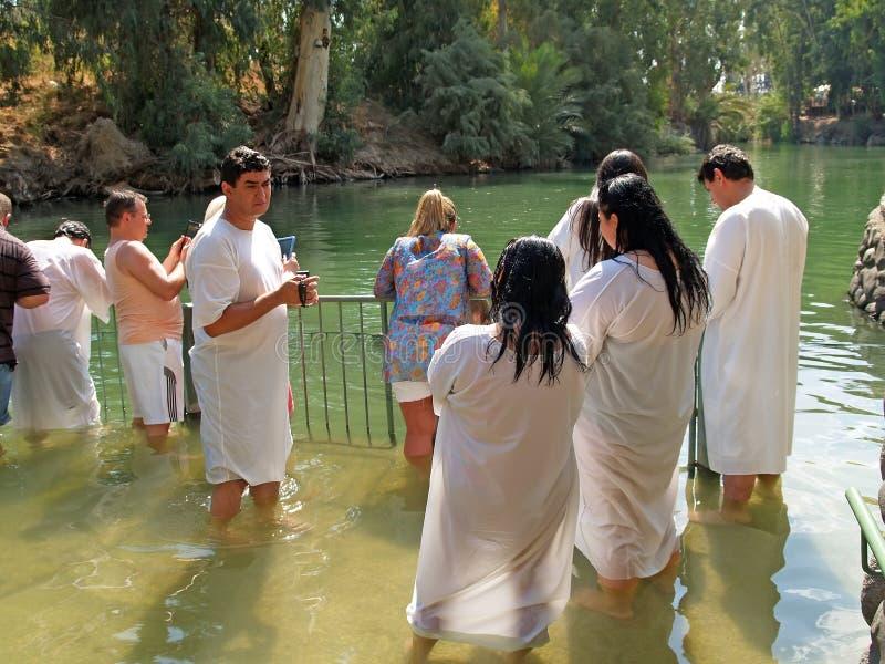 YORDANIT, ISRAEL Grupo de peregrinos antes de la ablución en las aguas santas de Jordan River fotografía de archivo