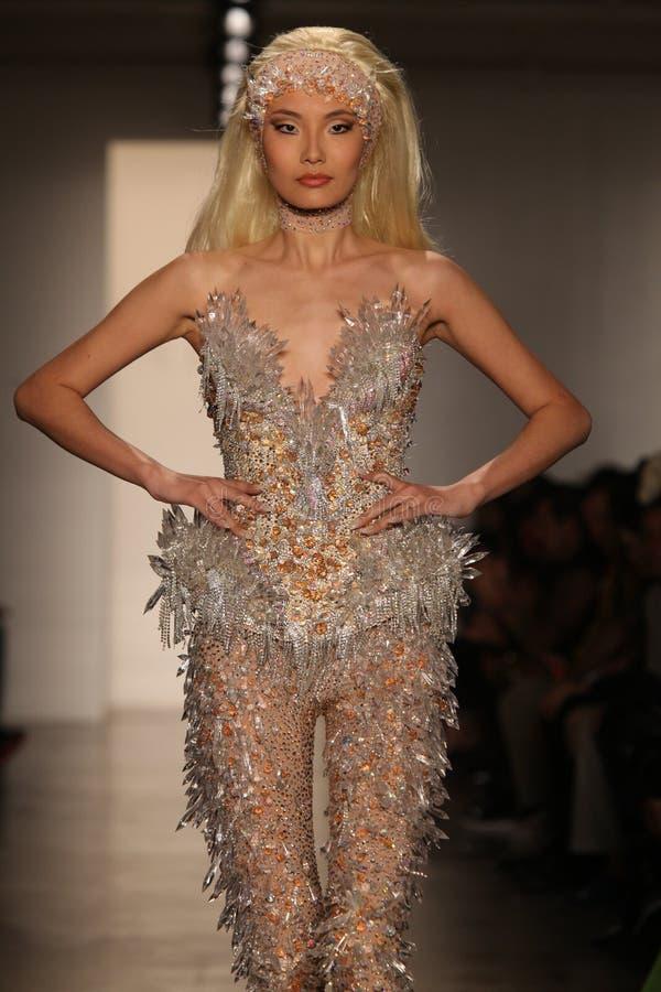 YORK 11 SEPTEMBRE NEUF : Le modèle marche piste au ramassage de Blonds pour l'été 2013 de source images stock