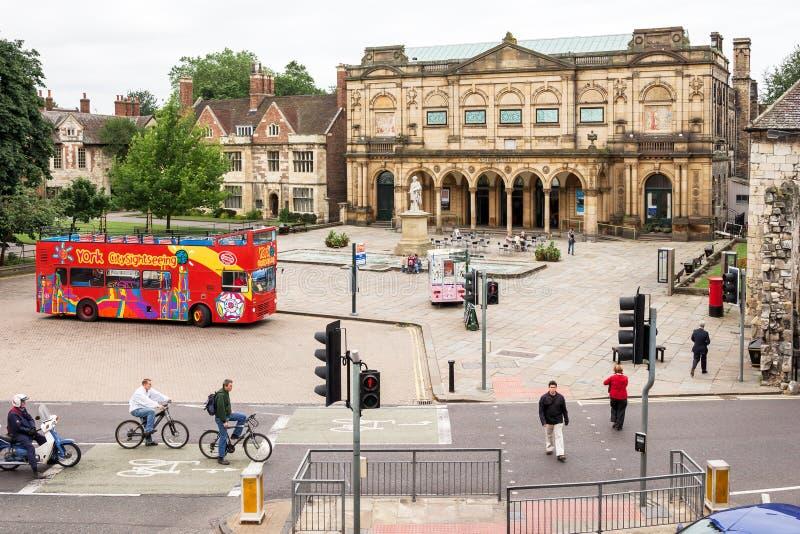 York Art Gallery y autobús de visita turística rojo York, Inglaterra imagen de archivo libre de regalías