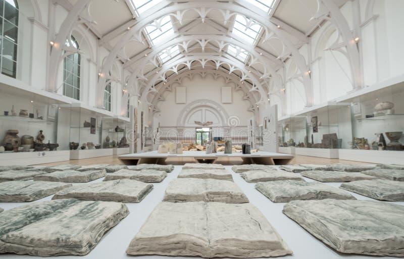 York England Innenraum des Ausstellungsraumes des ersten Stockwerkes in York Art Gallery, Keramikausstellung zeigend stockbilder