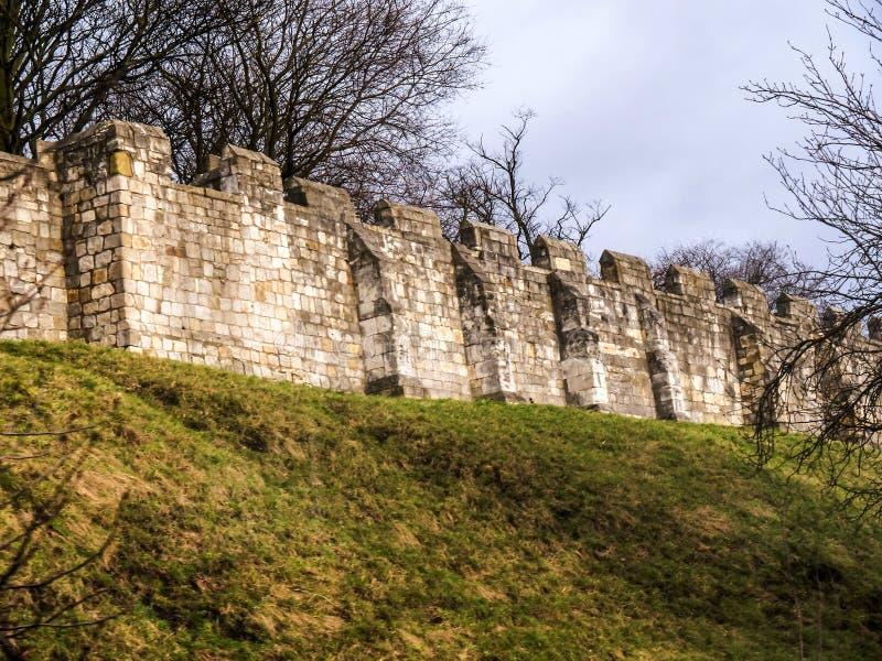York est une ville murée, située au confluent des rivières Ouse et Foss dans North Yorkshire, l'Angleterre photo libre de droits