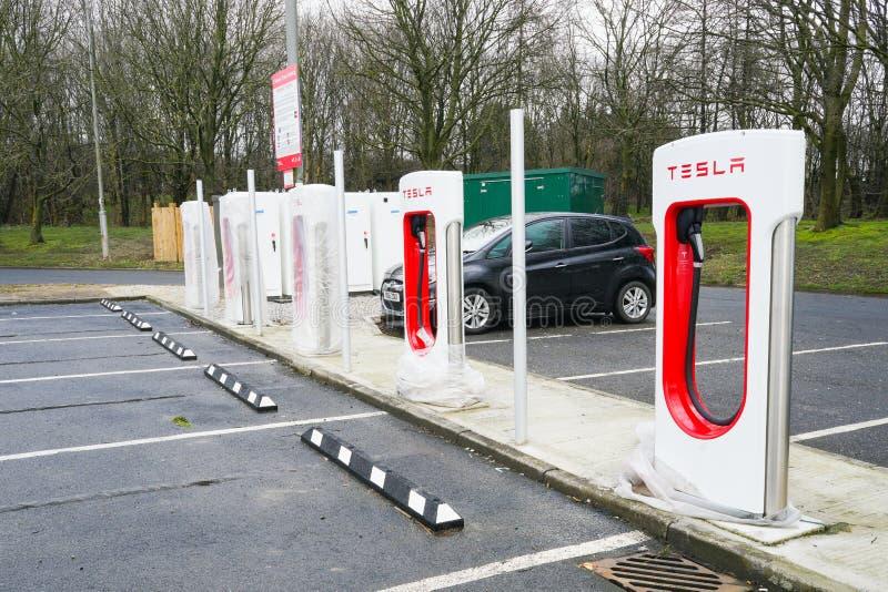 York, Großbritannien - 6. März 2018: Das elektrische Ladegerät für Auto Tesla EV, eben installiert in Ruhezone stockfotos