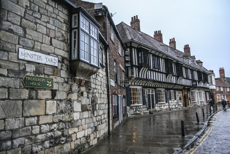 York/Inglaterra - 12 de junio de 2011: Yarda de la iglesia de monasterio en la ciudad de York fotos de archivo libres de regalías