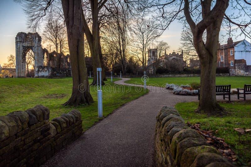 YORK, INGLATERRA, EL 12 DE DICIEMBRE DE 2018: St Marys Abbey Ruins situada en jardines del museo fotografía de archivo