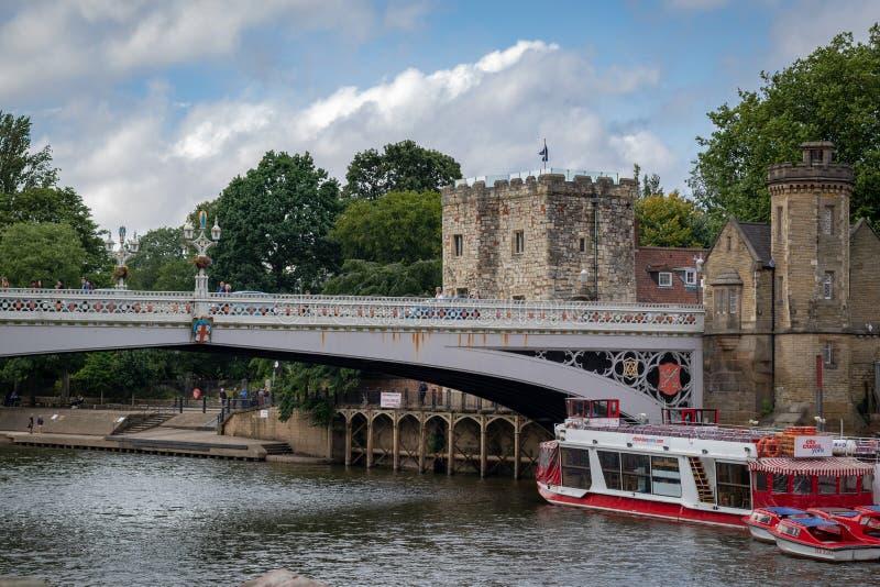York, Reino Unido - 28 de julio de 2018: Puente sobre el río de Ouse en el histórico fotos de archivo libres de regalías