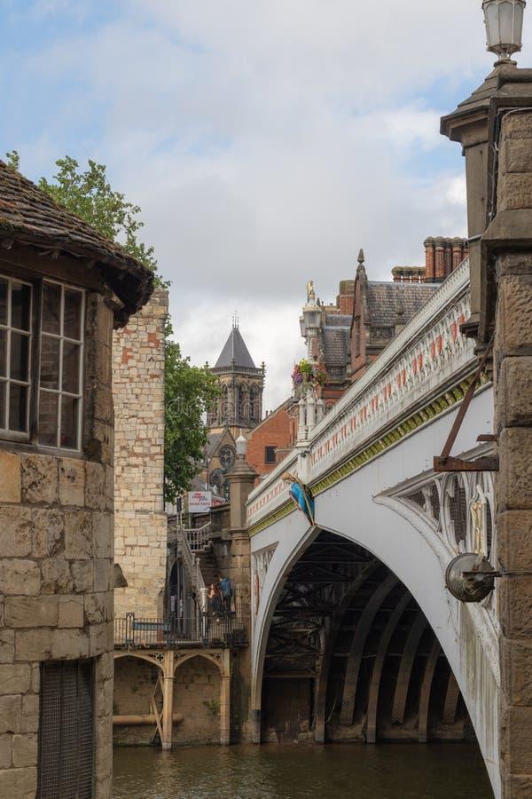 York, Reino Unido - 28 de julio de 2018: Puente sobre el río de Ouse en el histórico fotos de archivo