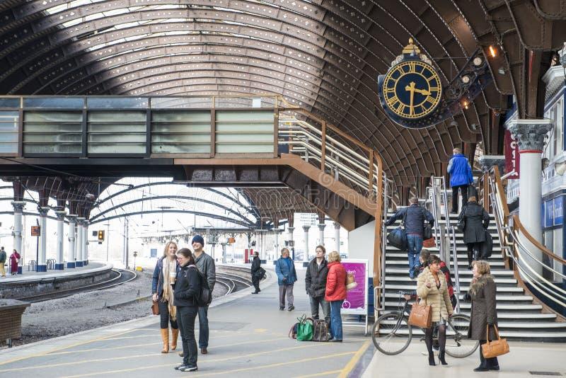 YORK, REINO UNIDO - 31 DE MARZO: Pasajeros en la plataforma en el Stat del ferrocarril de York imagenes de archivo