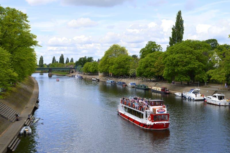 York, Yorkshire, Inglaterra, Reino Unido - 22 de mayo de 2016 turistas que cruzan a lo largo del río Ouse en la ciudad de York fotos de archivo libres de regalías