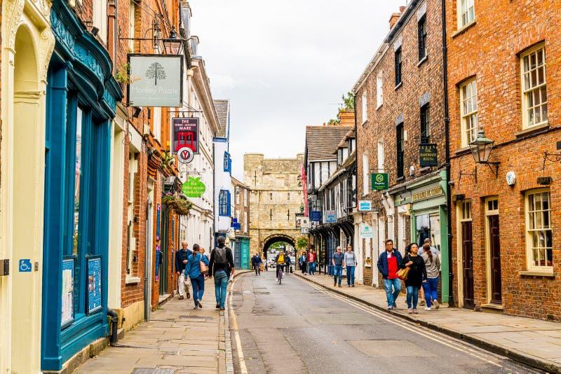 York, Yorkshire, Zjednoczone Królestwo - SEP 3, 2019: Stonegate Street jest jedną z najstarszych ulic w Yorku, z kilkoma z pół- obrazy stock