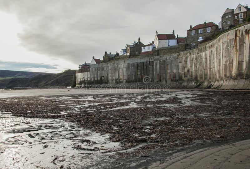 Yorkshire, Inglaterra, bahía del ` s de Robin Hood - el acantilado y las casas imagen de archivo
