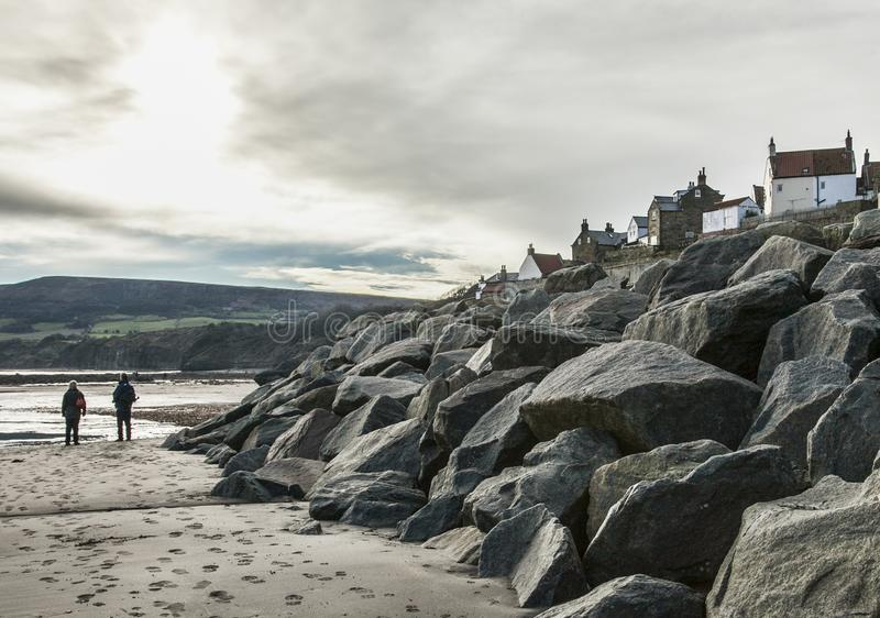 Yorkshire, Inglaterra, bahía del ` s de Robin Hood - las piedras y el acantilado imagen de archivo libre de regalías