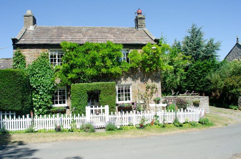Yorkshire-Land-Häuschen umgeben durch Grün stockbilder