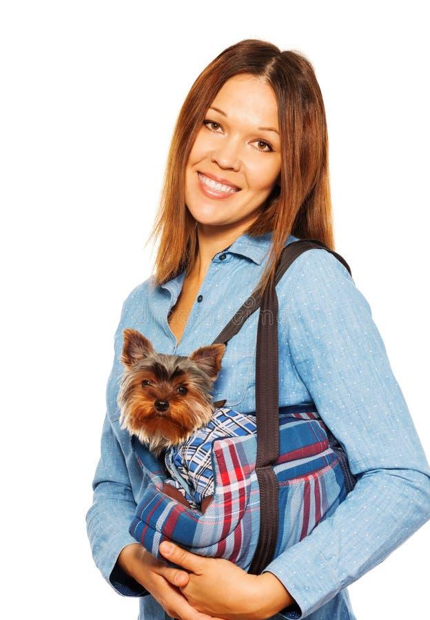 Yorkshire Terrier in de dragende zak van de hond met vrouw royalty-vrije stock foto