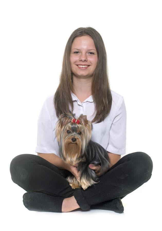 Yorkshire terrier e adolescente novos imagens de stock