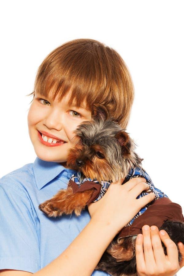 Yorkshire Terrier en jersey con el muchacho sonriente foto de archivo