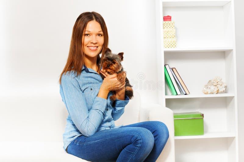 Yorkshire Terrier met glimlachende vrouwenholding hem stock foto's
