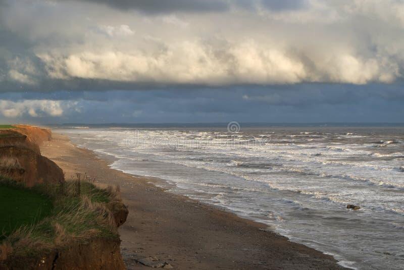 Yorkshires东海岸,英国腐蚀的软的黏土峭壁和海岸线  免版税库存图片