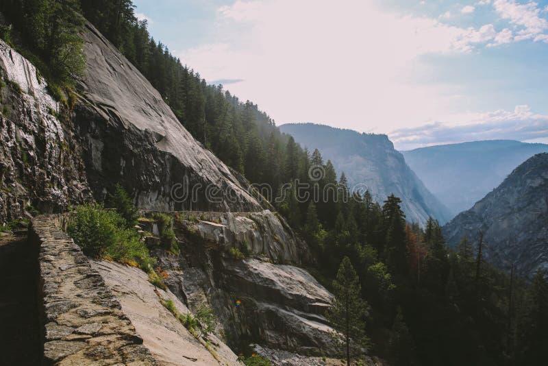 Yosemite - ίχνος πτώσεων της Νεβάδας στοκ φωτογραφίες