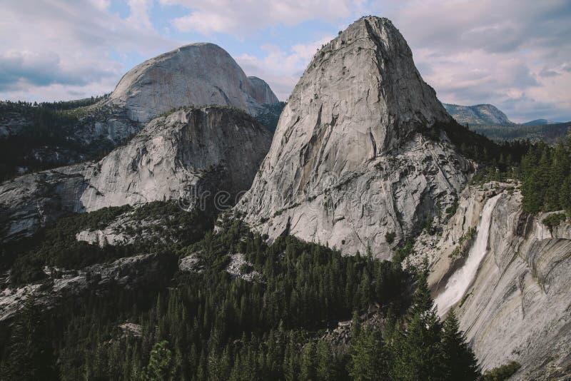 Yosemite - ίχνος πτώσεων της Νεβάδας στοκ εικόνες