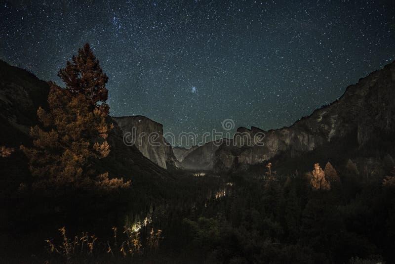 Yosemite bij nacht stock fotografie