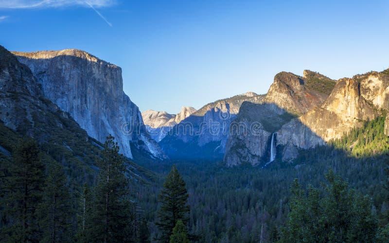 Yosemite dal och Bridalveil nedgång från tunnelsikt, Yosemite nationalpark fotografering för bildbyråer