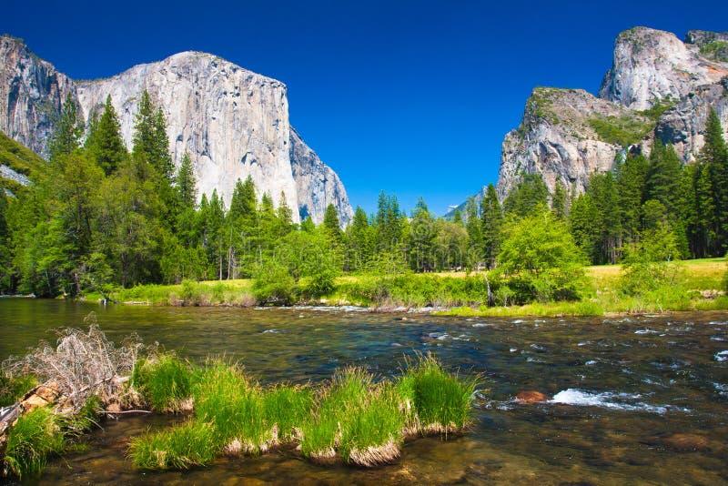 Yosemite dolina z El Capitan skałą i Bridal przesłoien siklawami zdjęcia royalty free