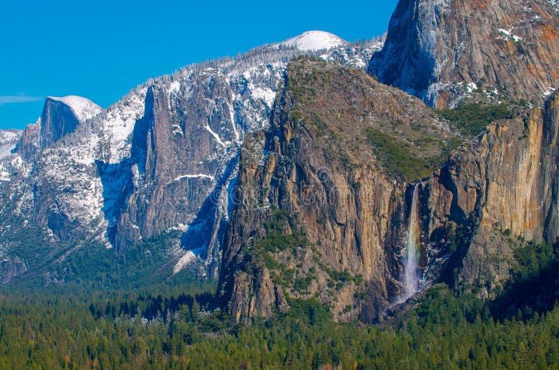 Yosemite för Bridalveil nedgångregnbåge dal royaltyfria bilder