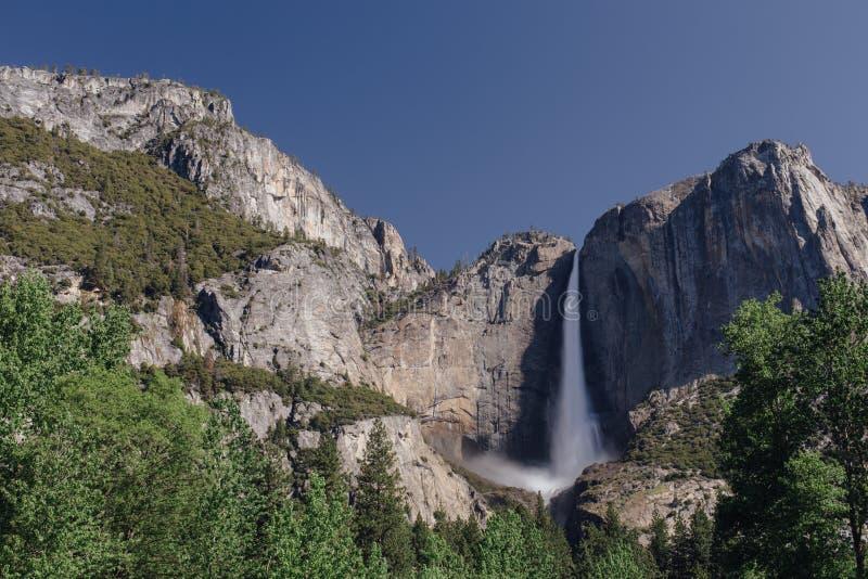Yosemite Falls ломая против утесов стоковая фотография rf