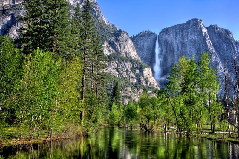 Yosemite Falls e rio de Merced fotos de stock royalty free