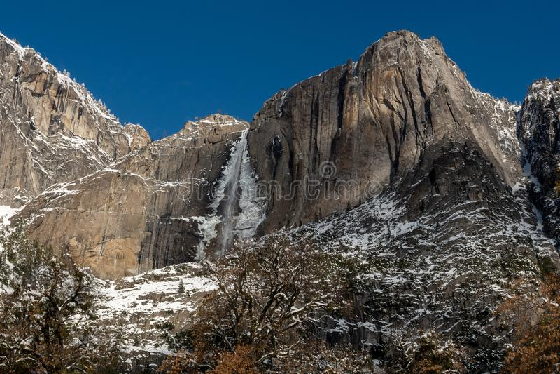 Yosemite Falls pendant l'hiver photo libre de droits