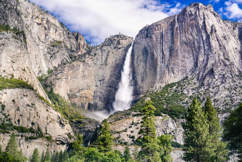 Yosemite Falls superiore come visto dalla valle di Yosemite, parco nazionale di Yosemite, California fotografia stock libera da diritti