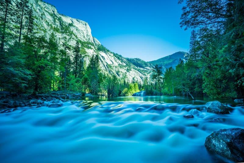 Yosemite flod royaltyfri bild