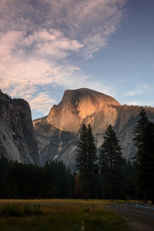 Yosemite halv kupol på solnedgången royaltyfri foto