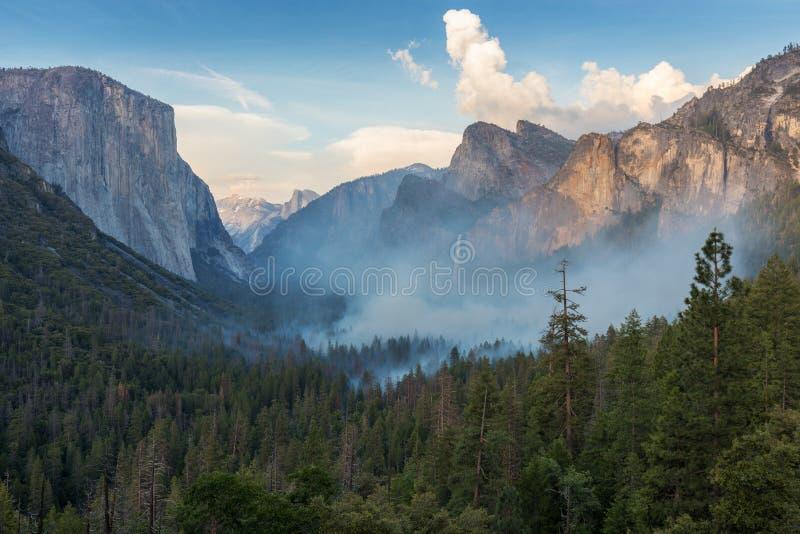 Yosemite Nationalpark A Waldbrand ist im Hintergrund anwesend Ein Gebirge im Yosemite-Tal sind smokey stockbild