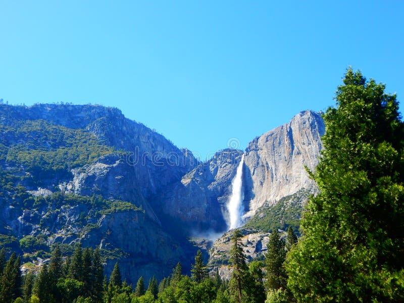 Yosemite Nationalpark Wasserfall während des Frühlinges lizenzfreies stockbild