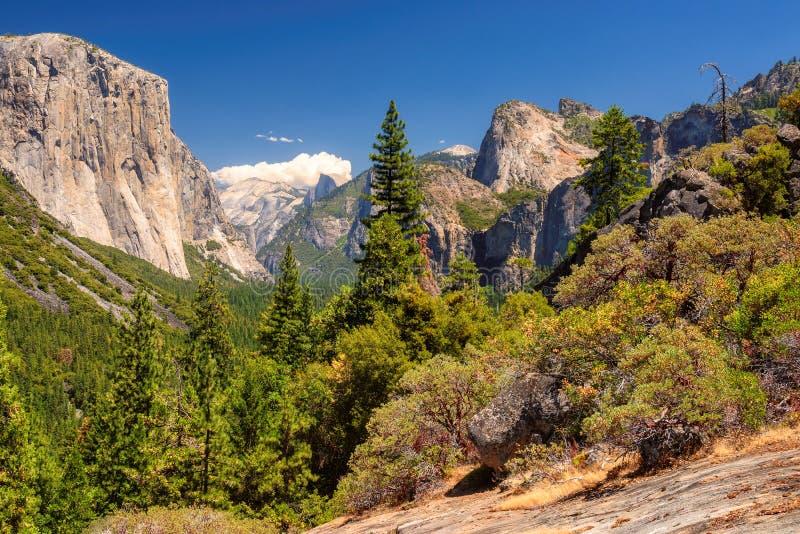 Yosemite nationalparkdal från tunnelsikt royaltyfria bilder