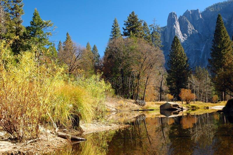 Yosemite-Nebenfluss lizenzfreies stockbild