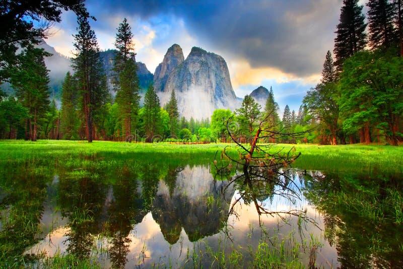 Yosemite oscila puesta del sol imagen de archivo libre de regalías