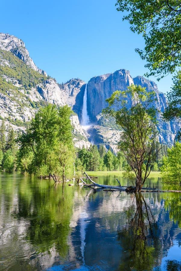 Yosemite park narodowy - odbicie w Merced rzece Yosemite siklawy i piękny góra krajobraz, Kalifornia, usa zdjęcie stock