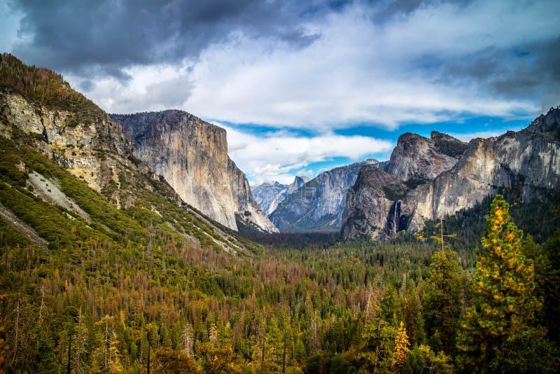 Yosemite ` s halne granie w Yosemite parku narodowym, Kalifornia obraz stock