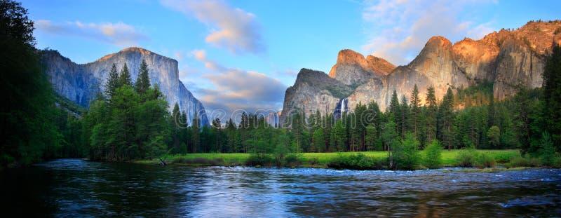 Yosemite-Sonnenuntergang-Panorama stockbilder