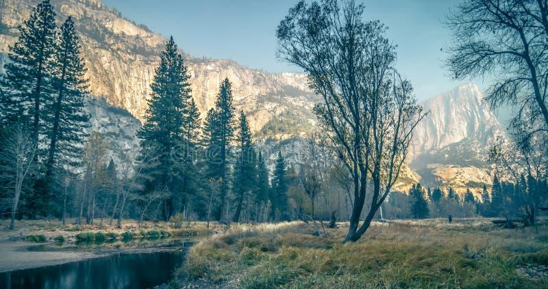 Yosemite-Tal auf sonnigem Herbstmorgen stockbilder