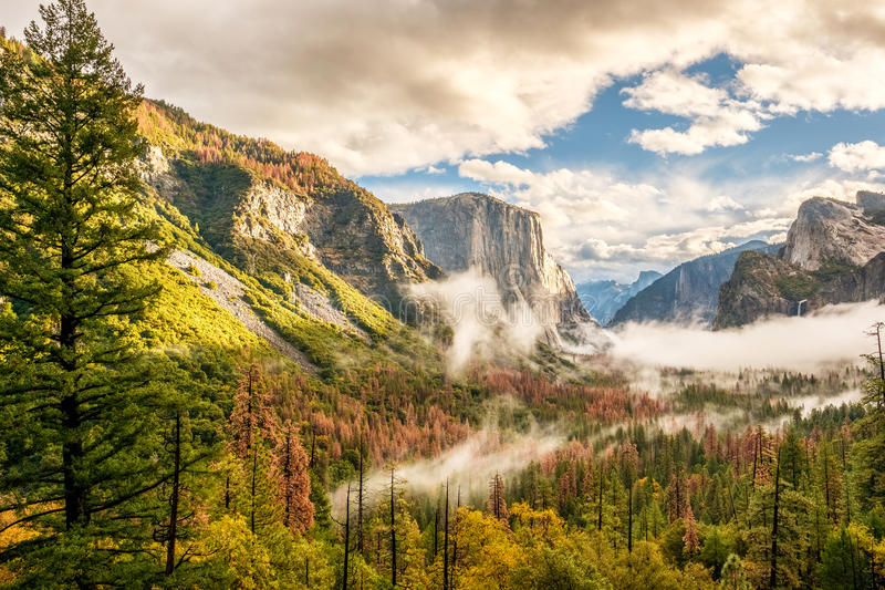 Yosemite-Tal am bewölkten Herbstmorgen lizenzfreie stockfotografie
