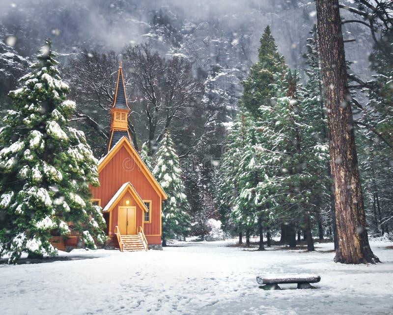Yosemite-Tal-Kapelle am Winter mit Schnee - Yosemite Nationalpark, Kalifornien, USA stockbilder