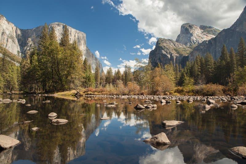 Yosemite-Tal Merced-Fluss-Reflexion Ruhiger Herbstmorgen lizenzfreies stockbild