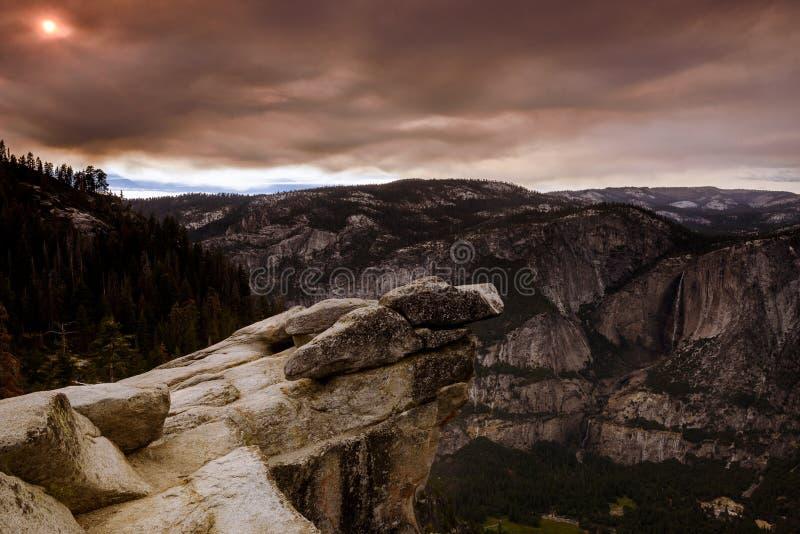 Yosemite-Tal vom Gletscherpunkt umfasst durch wilden Feuerrauch stockfotografie